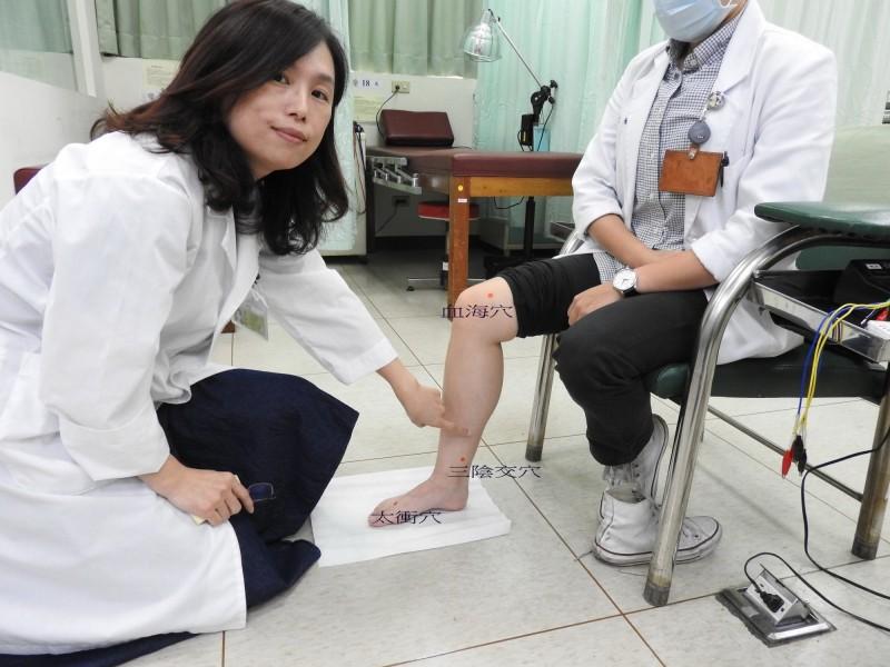 台南市立醫院王淑秋醫師(左)配合針灸穴位協助患者調理體質。(記者王俊忠翻攝)