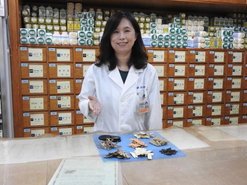 一名36歲女子因卵巢嚴重退化,結婚3年一直沒有生育,台南市立醫院中醫師王淑秋依患者體質給予適切中藥調理,終於「做人成功」,今年1月生下健康男寶寶。(記者王俊忠翻攝)