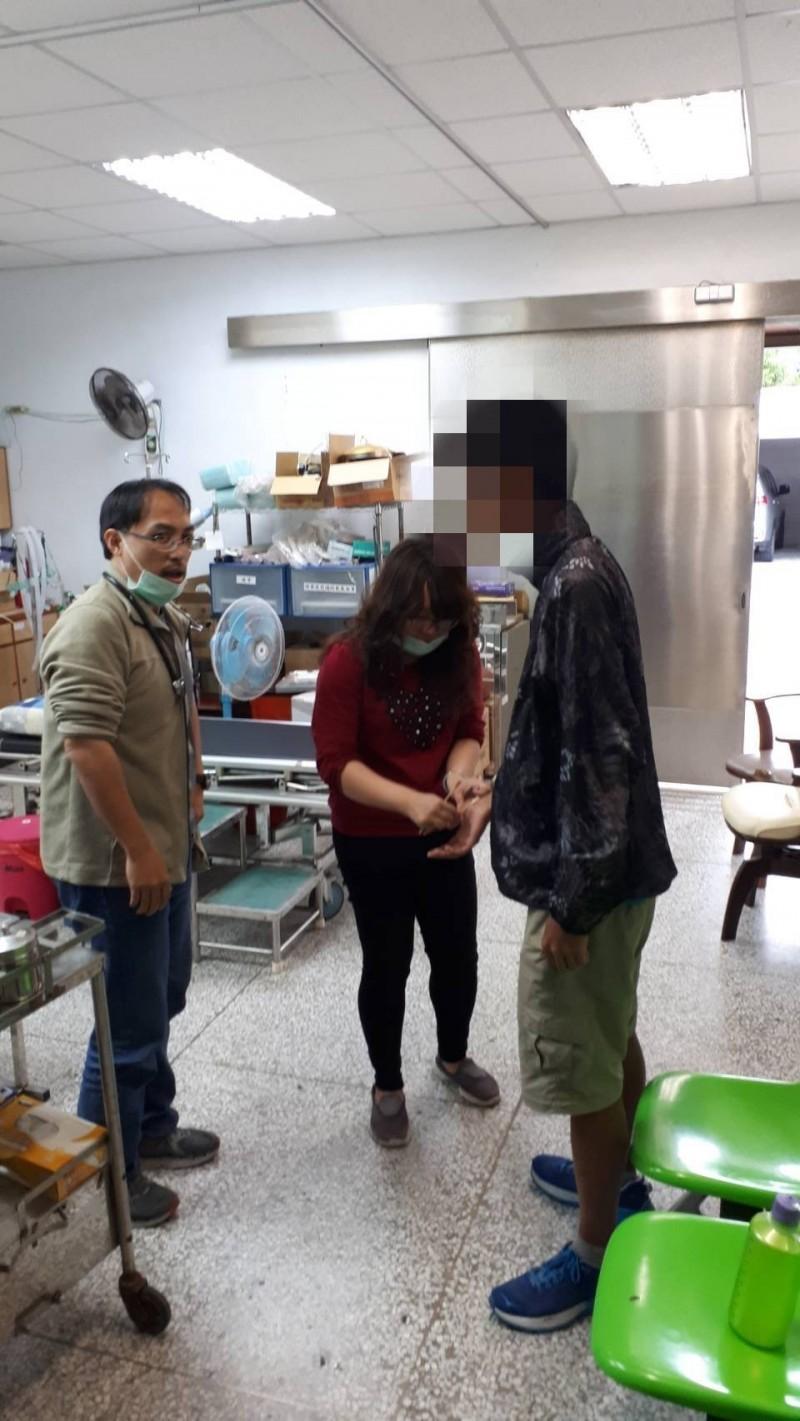 遭流浪狗攻擊受傷的吳男經送醫診治無礙。(記者陳賢義翻攝)