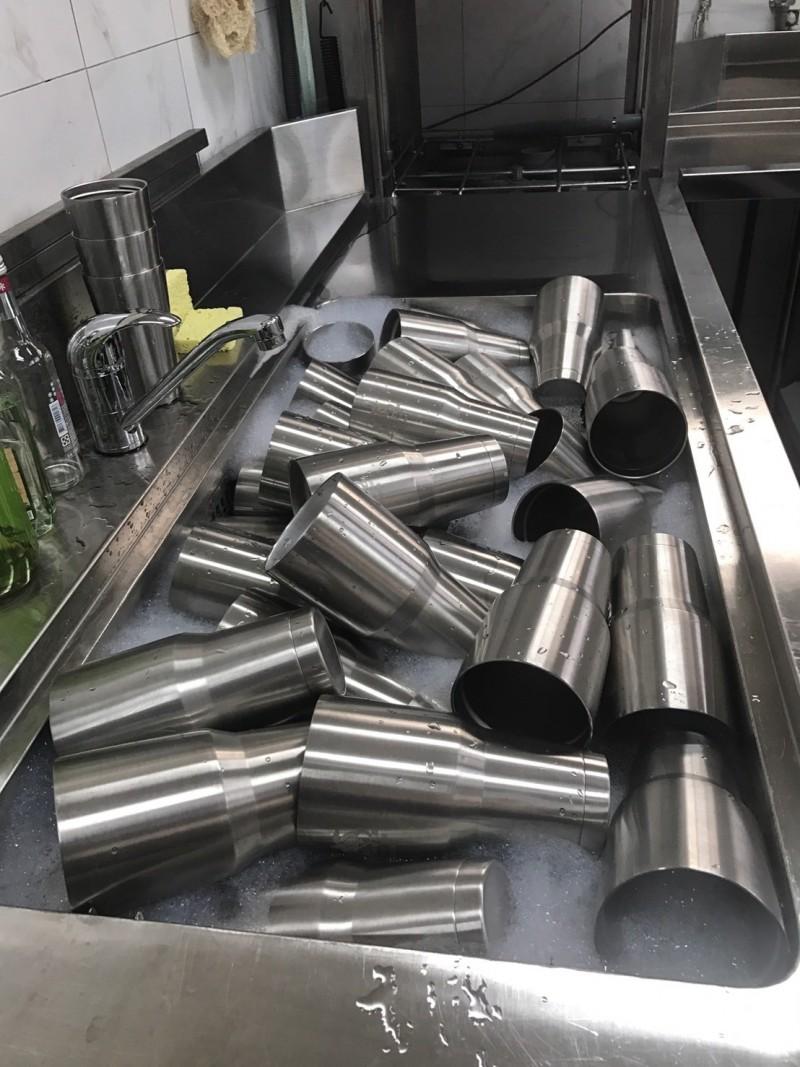 小琉球無塑島的政策,從個人使用的不繡鋼吸管,現在已有19家飲料店共同推動不鏽鋼杯共享裝飲料,清明連假是首個旅遊旺日,頗獲好評。(記者陳彥廷翻攝)