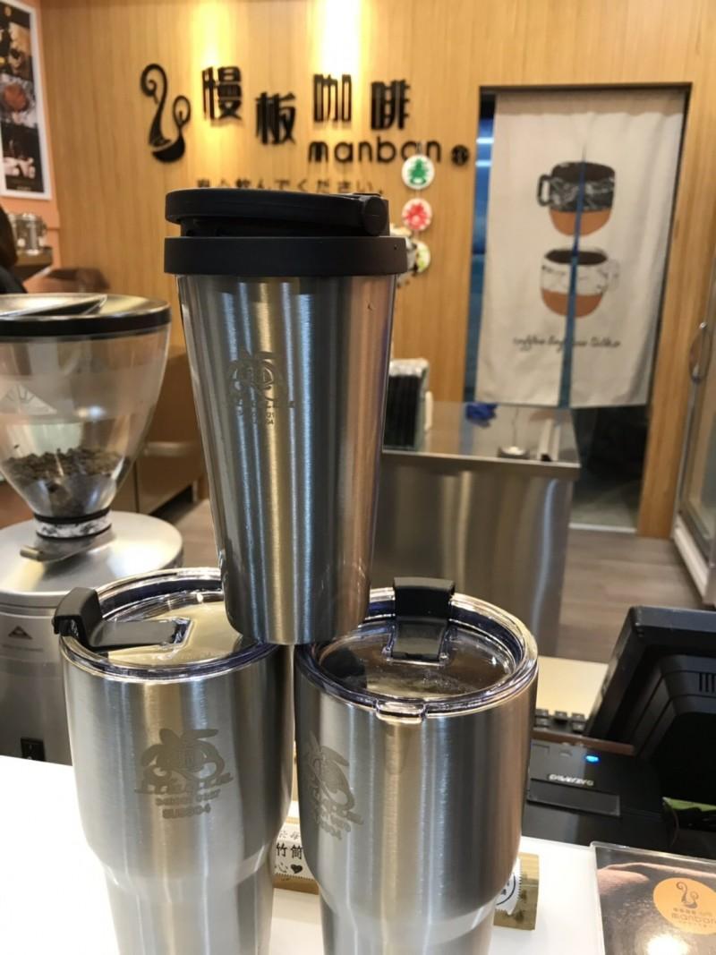 小琉球無塑島的政策,從個人使用的不繡鋼吸管,現在已有19家飲料店共同推動不鏽鋼杯共享裝飲料。(記者陳彥廷翻攝)