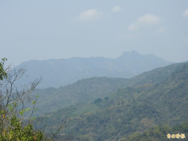 國姓鄉南港村對面的山景,有人臉外型,就像是個仰天沈睡的巨人。(記者佟振國攝)