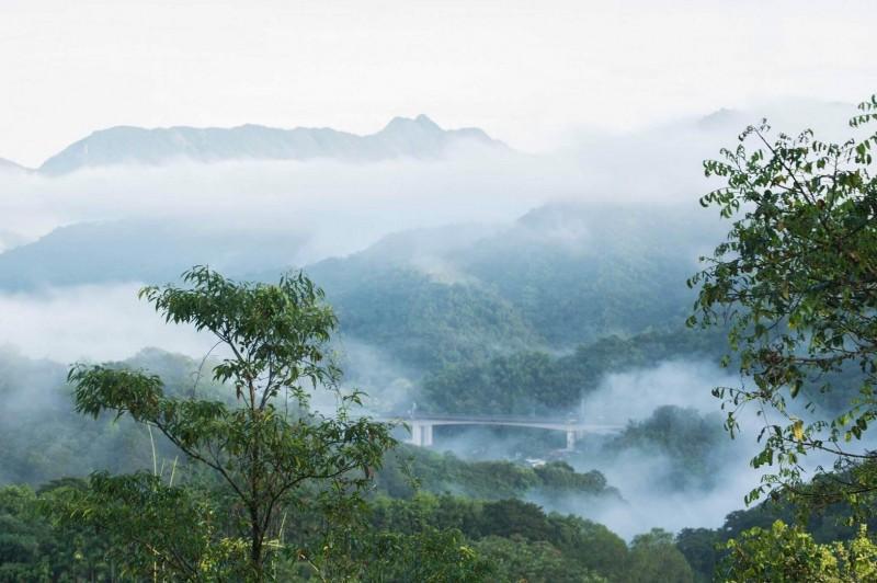 晨間雲霧繚繞,也讓「沈睡巨人」若隱若現。(圖:張淑珍提供)