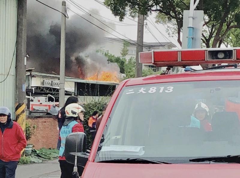 中壢磚造鐵皮民宅火警、房客匆忙逃出,20輛消防車接力搶救。(讀者提供)