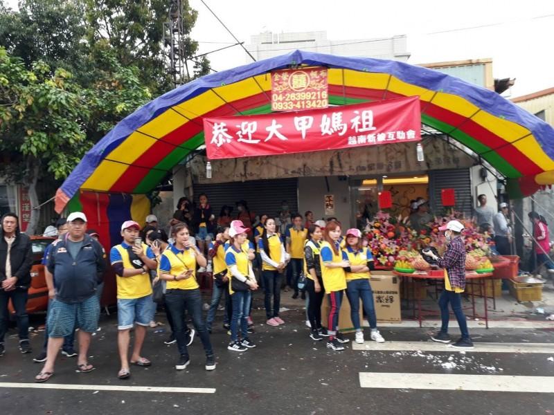 台中當舖日友汽車借款-越南新娘互助會也設站恭迎大甲媽。(記者歐素美翻攝)