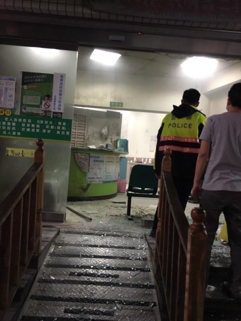 嘉義縣水上鄉某診所晚上遭一名男子用球棒砸破玻璃。(民眾提供)