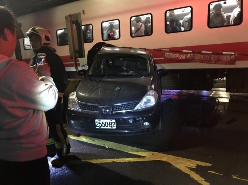 普悠瑪撞擊汽車,列車上乘客表情驚恐,所幸未有傷亡。(記者吳昇儒翻攝)