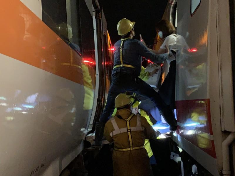 台鐵人員幫忙接駁車內乘客(記者吳昇儒翻攝)