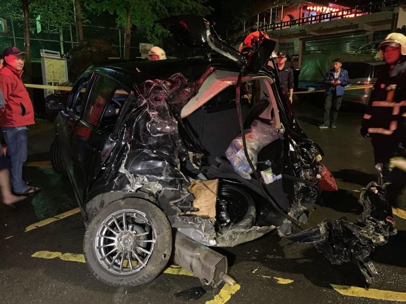 柯男的車輛被撞成廢鐵。(記者吳昇儒翻攝)
