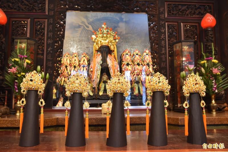 北港武德宮斥資600萬元,以102兩4公斤重的黃金打造5頂金冠為武財神祝壽。(記者黃淑莉攝)