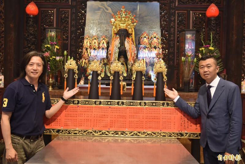北港武德宮斥資600萬元,以102兩4公斤重的黃金打造5頂金冠為武財神祝壽,右為主委林安樂、左為藝師蘇建安。(記者黃淑莉攝)