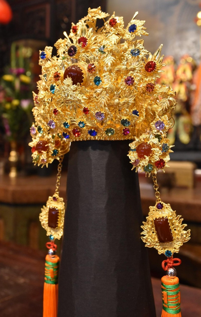 金冠的手工精緻,以繁複的蜻蜓點水技法打造。(記者黃淑莉攝)