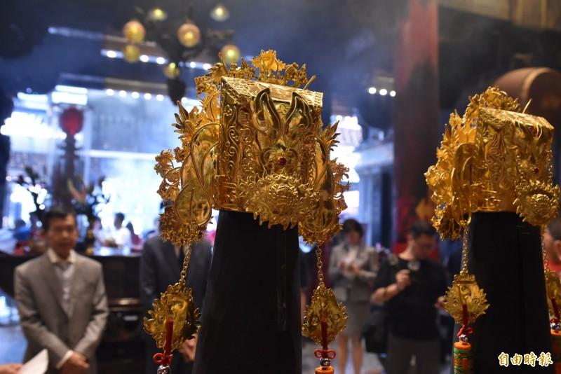 金冠的手工精緻,以繁複的蜻蜓點水技法打造,背面也很有特色。(記者黃淑莉攝)