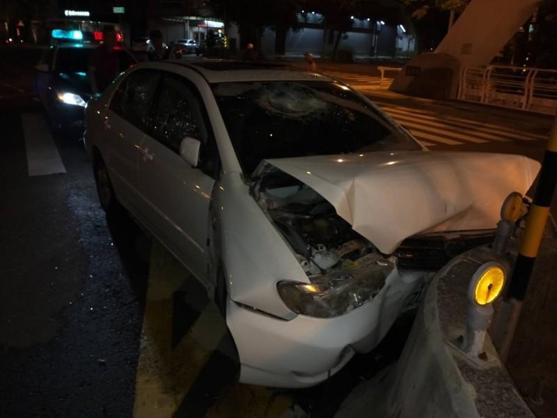 被害人飛車自撞橋墩,車頭全毀。(記者蔡清華翻攝)