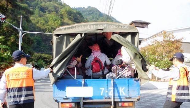 南投警方執行稽查採茶車勤務時,經常發現採茶工擠在一起的違規超載情形。(記者謝介裕翻攝)