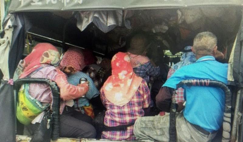 南投警方執行稽查採茶車勤務時,經常發現採茶工「擠沙丁魚」般的違規超載情形。(記者謝介裕翻攝)
