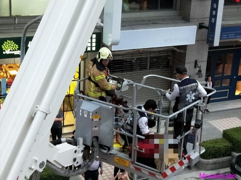 消防隊動用雲梯車搶救男童。(記者洪定宏翻攝)
