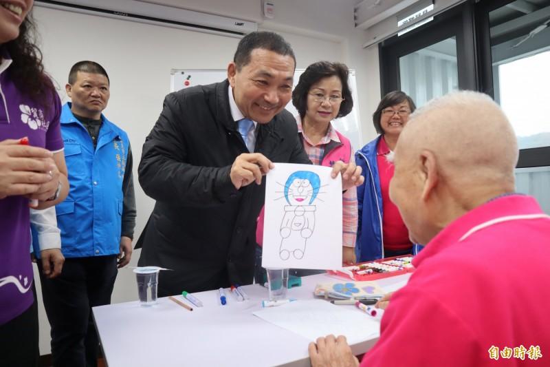 五股市民活動中心今天也安排貿商社區發展協會的長者在活動中心一同參與畫畫課程。(記者周湘芸攝)
