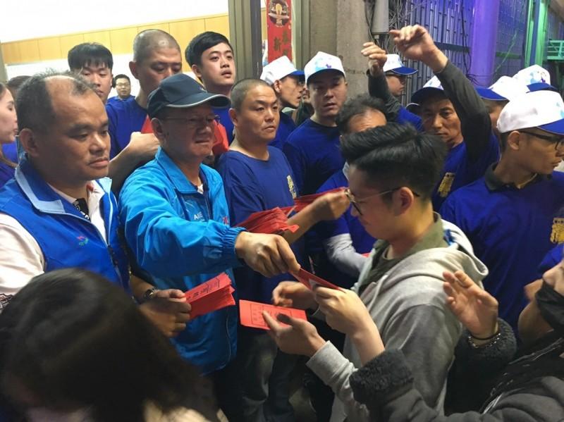 台中市議長張清照發放壓轎金給民眾。(張清照服務處提供)