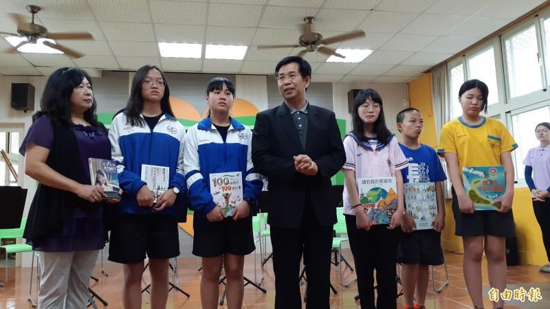 教育部長潘文忠(中)今天到卑南國中贈書,並對去年普悠瑪事故造成5師生罹難表達安慰。(記者黃明堂攝)