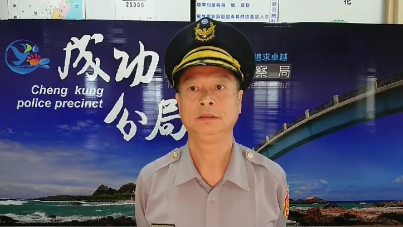 成功警分局副分局長林憲忠說明李男做出不雅猥褻動作辱警經過。(記者陳賢義翻攝)