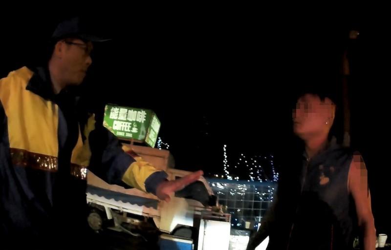 通緝犯范男(右)深夜與女友在海邊吵架,遭警方盤查意外落網。(記者蘇福男翻攝)