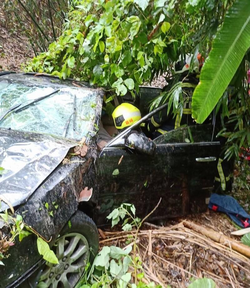 一名方姓男子,今天中午開車在霧峰桐林山區衝下邊坡,消防人員獲報將他救出。(記者陳建志翻攝)