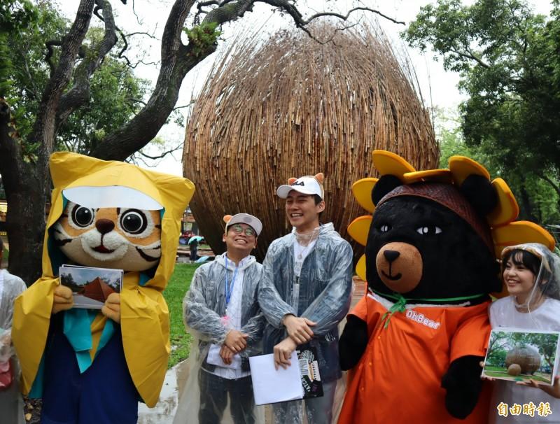 交通部觀光局吉祥物「喔熊」與花博吉祥物「來虎」及時尚玩家主持人阿松與花博校園大使孫子涵一起宣傳花博。(記者歐素美攝)