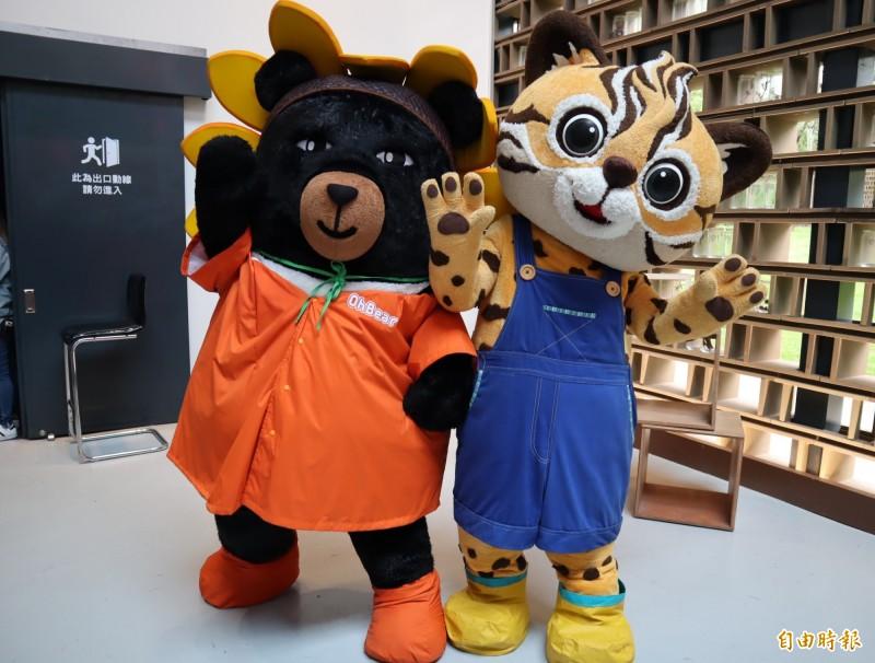 交通部觀光局吉祥物「喔熊」與花博吉祥物「來虎」,一起在台中花博后里森林園區PK賣萌。(記者歐素美攝)