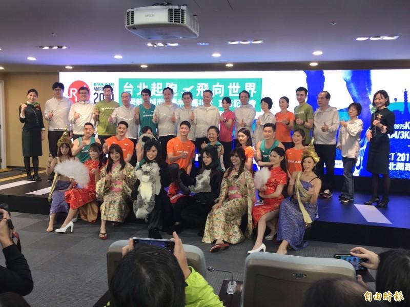 長榮航空去年首度推出「長榮航空城市觀光馬拉松」,今年延續辦理,今天下午5點起起開放報名。(記者陳宜加攝)