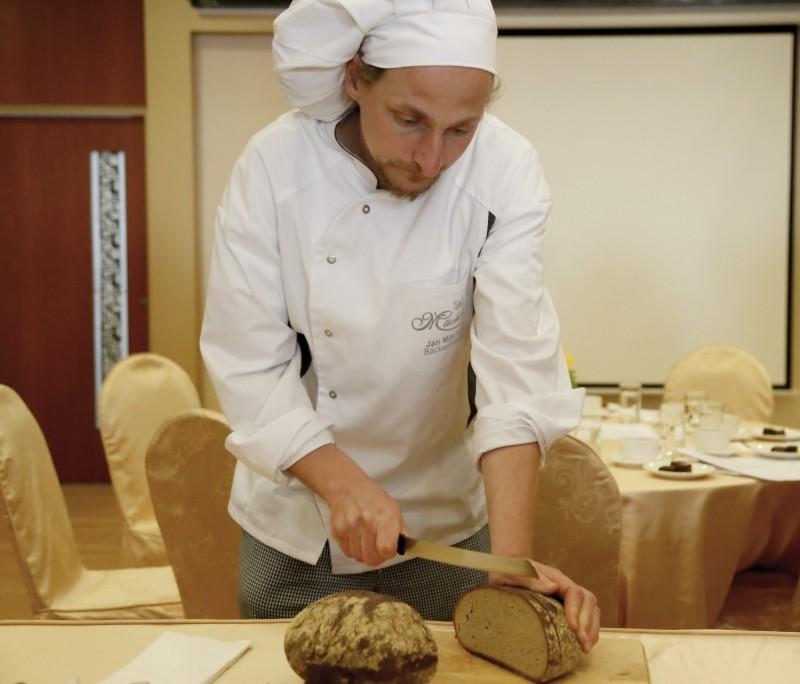 南臺科大今年邀請德師Jan Mächler教導學生培養酸麺糰,製作無糖無油傳統德國麵包。(南臺科大提供)