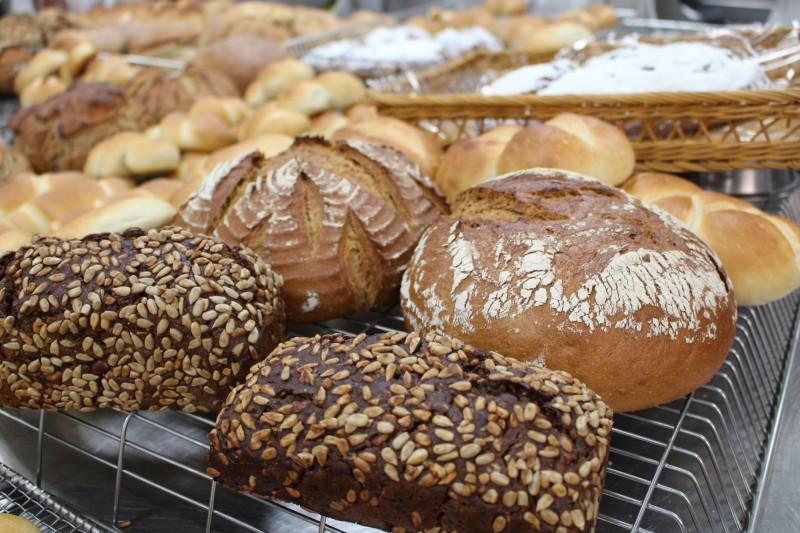 未含快發酵母及人工添加劑的德式麵包,飄香在南臺科大校園。(南臺科大提供)