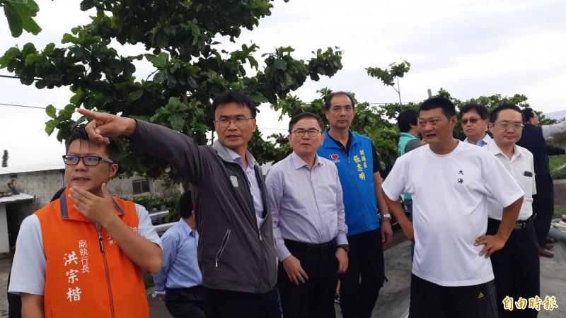 農委會主委陳吉仲(左2)由立委劉櫂豪(左3)、台東副縣長張志明(左4)陪同勘察台東養殖專區。(記者黃明堂攝)