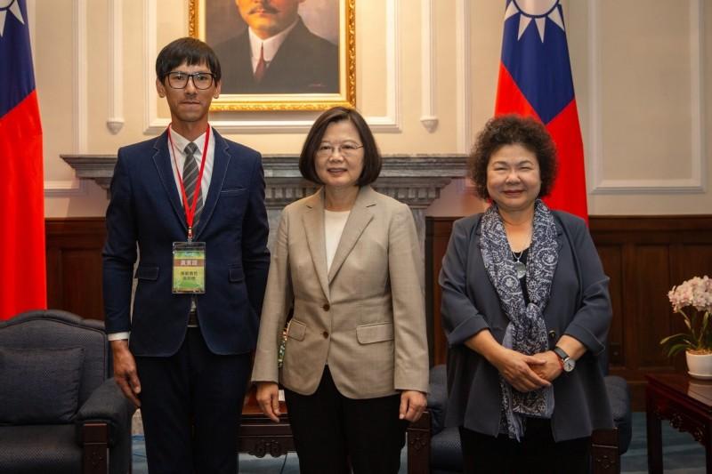 獲全國十大模範農民的土庫青農高宗懋(左)由總統蔡英文、總統府祕書長陳菊接見表揚。(高宗懋提供)