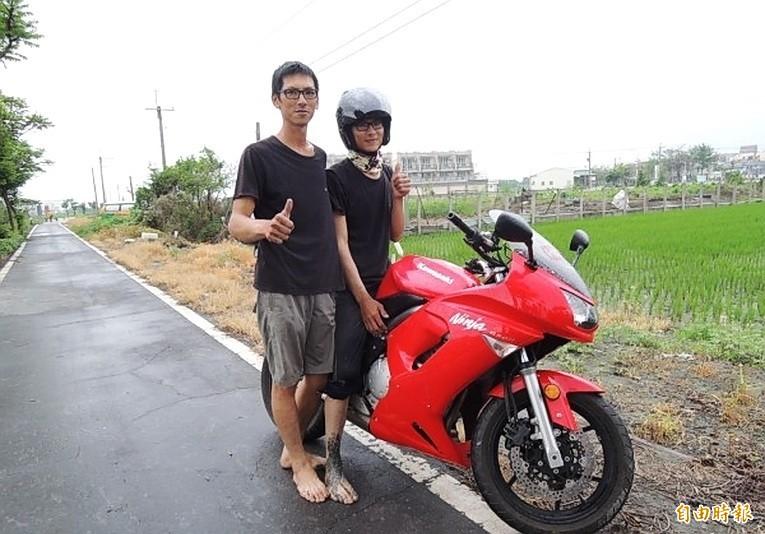 經常赤腳騎重機巡田水的土庫青農高宗懋(左)與弟弟高宗甫(右)。(記者廖淑玲攝)