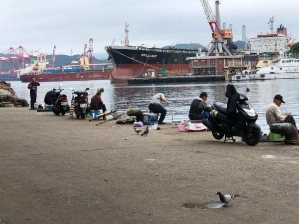 釣客在正濱漁港垂釣。(記者林欣漢攝)