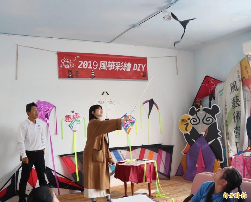 連俞涵和老梅國小學童一起完成石門特色的「微風型風箏」和「室內風箏」。(記者陳心瑜攝)