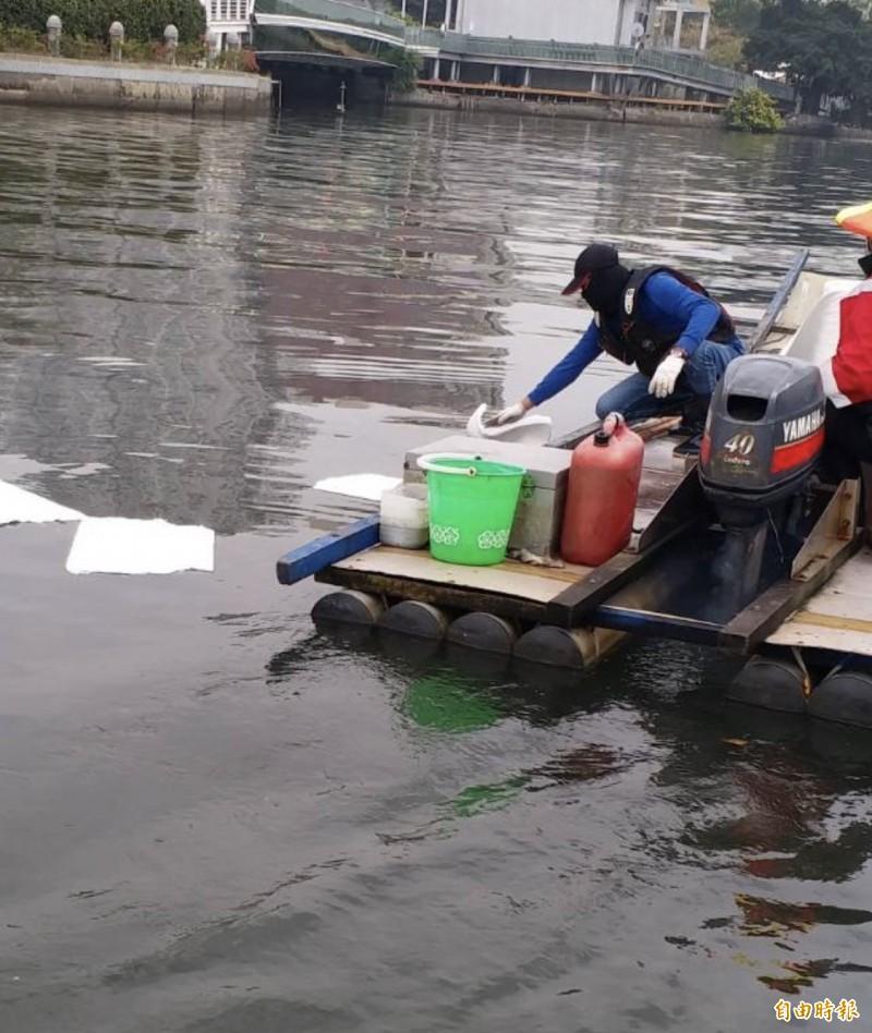 環保局於七賢橋河面較多油污處放置吸油棉片。(記者陳文嬋攝)
