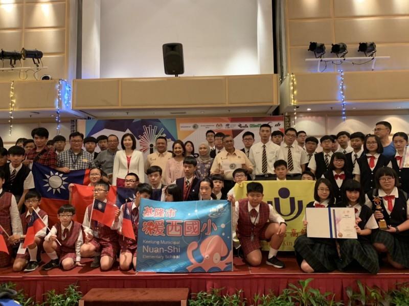 基隆二信高中、暖西國小學子以「多功能手杖」、「鉛筆盒殺菌包」等10件發明,參加在馬來西亞舉辦的青少年國際發明展,從20個國家、1000多名參賽者脫穎而出,一舉拿下4金、4銀、2銅的肯定。(二信高中提供)