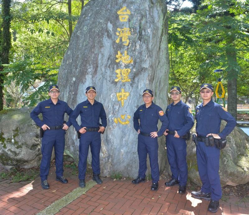 埔里分局長徐章哲(右3)與員警在台灣地理中心碑為警察新制服拍宣傳照。(圖:埔里分局提供)