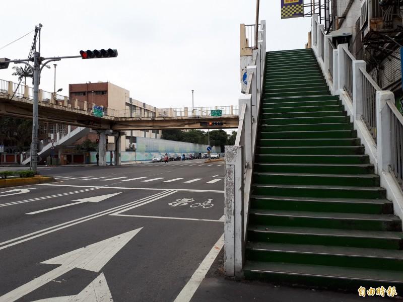 新竹市政府日前試辦民富陸橋封橋1個月,經檢討後,因民富陸橋仍有學童通行需求,最後決議保留,即日起不再封閉,開放行人通行。(記者洪美秀攝)