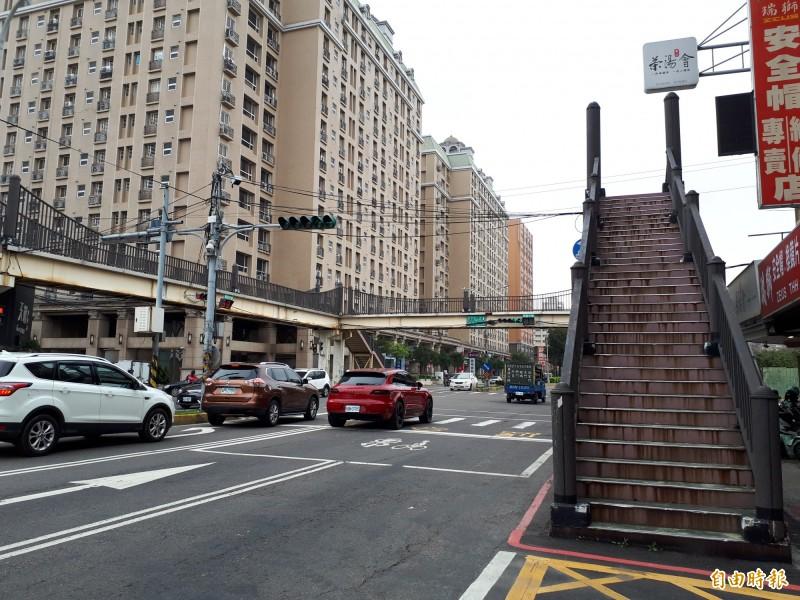 新竹市政府3月12日到4月11日實施客雅人行陸橋封橋一個月後,經召開檢討會,居民多數認為已不具功能,因此決議拆除,將報請市議會審議,通過後再發包拆除,讓市容景觀更完整。(記者洪美秀攝)