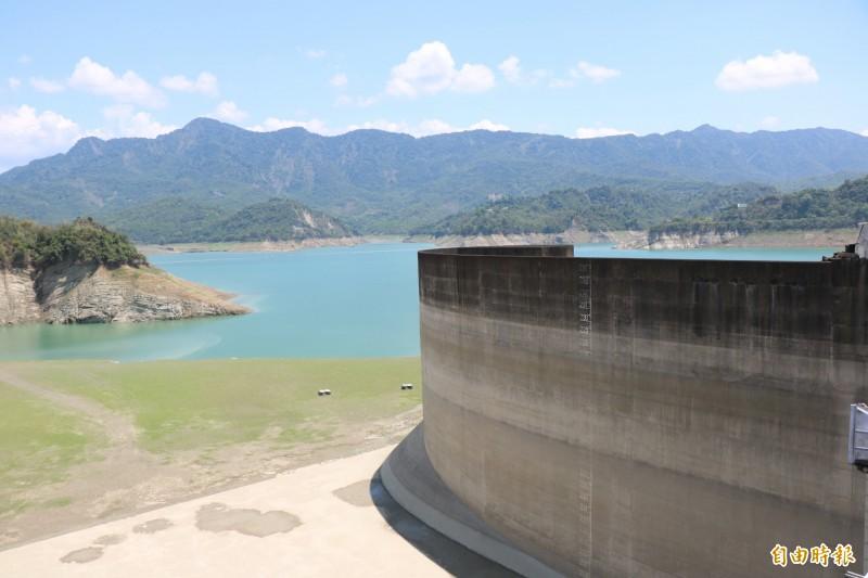 曾文水庫近期因發電放水至烏山頭水庫,蓄水率看似不佳,不過兩水庫為聯合運用,有效蓄水量、蓄水率較往年佳。(記者萬于甄攝)