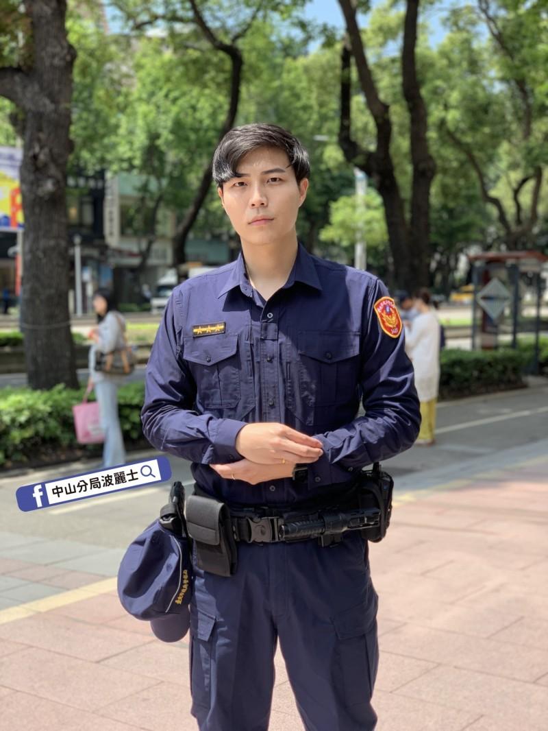 中山分局拍攝的「全新的警察,不變的使命」宣傳照,警員簡榆桓外型亮眼。(記者王冠仁翻攝)