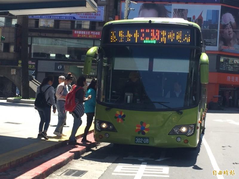 基隆中正區到台北市府轉運站的快捷公車幾乎班班客滿。(記者盧賢秀攝)