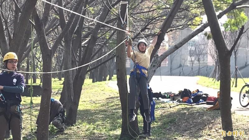 吳杰峯說,攀樹時墜地的失敗,是奠定成功安全往上攀爬的寶貴經驗。已經有不少學校發現攀樹帶給年輕學生正面的刺激,因此主動找他規劃至少20小時的長期性課程鑽研。(記者黃美珠攝)
