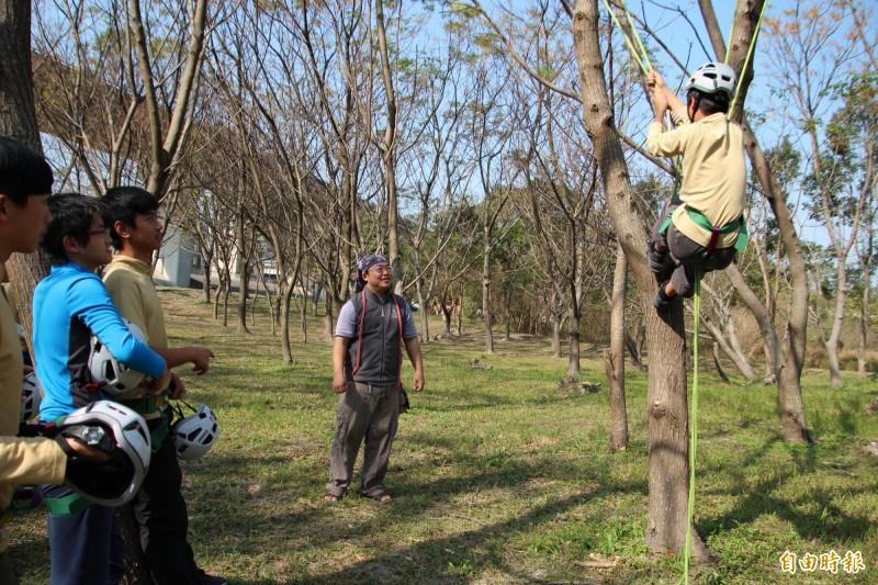 新竹縣自然谷谷主之1的吳杰峯(中)一心從竹科出走要當農夫,沒想到卻成了到處教人如何利用繩索攀樹的「樹人」。(記者黃美珠攝)