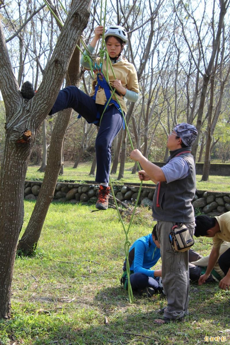 新竹縣自然谷谷主之1的吳杰峯(右)一心從竹科出走要當農夫,沒想到卻成了到處教人如何利用繩索攀樹的「樹人」。(記者黃美珠攝)