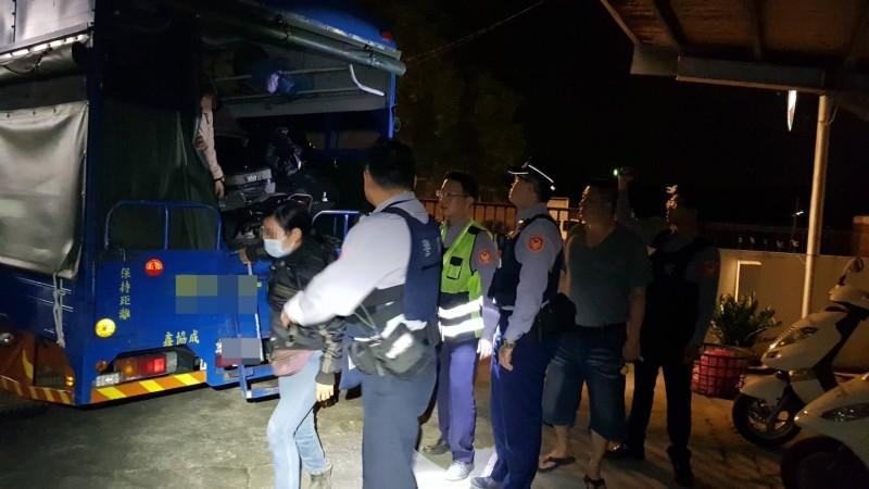 嘉義縣警方昨晚間在中埔鄉查獲一車越南籍逃逸外勞。(記者王善嬿翻攝)