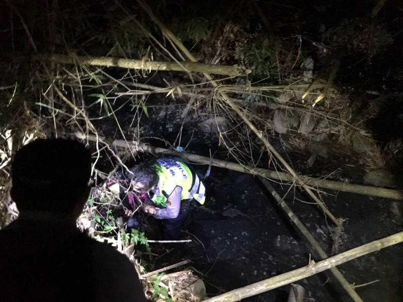 賴某見警方攔查竟棄車跳水溝逃跑,警方緊追在後在水溝內將他逮獲。(記者王善嬿翻攝)